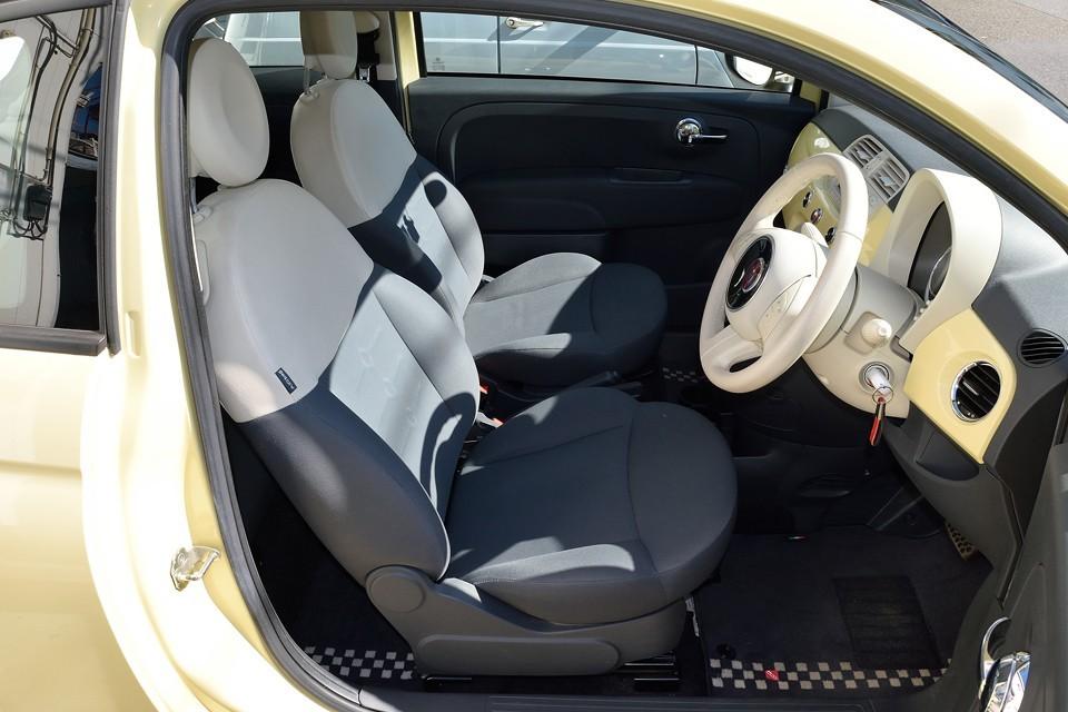シートは白黒のコンビネーションなので、バニライエローとのバランスも◎!POPグレードには赤白のシートもありますが、それだとちょっと・・・この白黒で正解!
