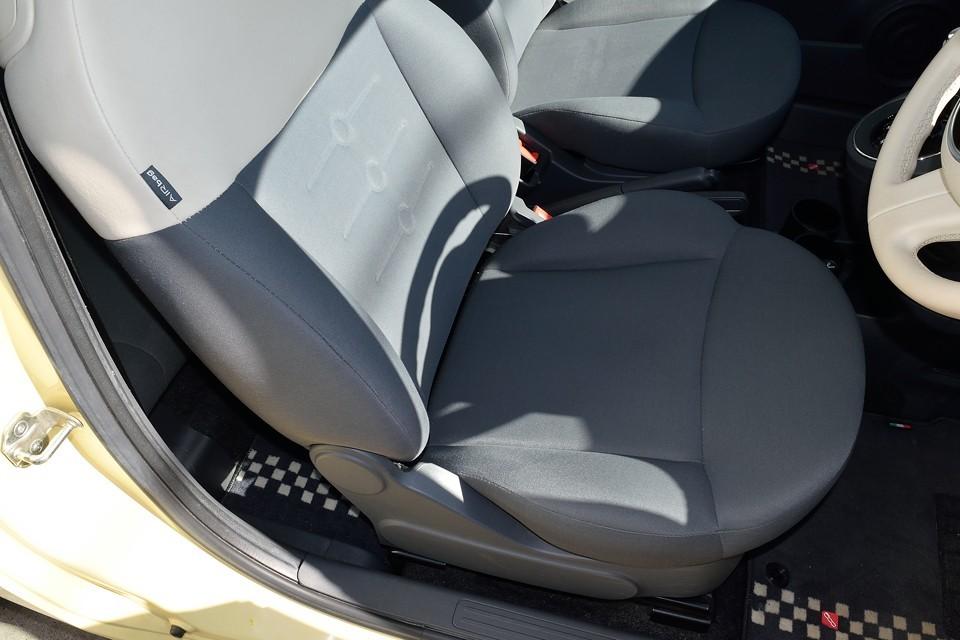 走行少ないので、一番使用感の出やすい運転席のサイドサポート部でさえ、この状態。清潔そのものです!