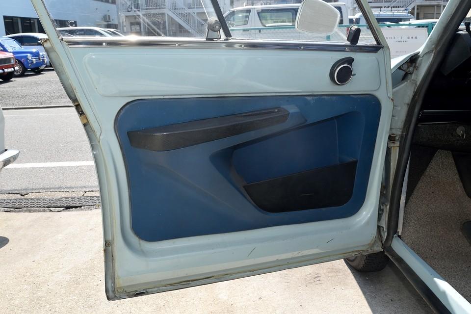 前ドア内側。それなりに汚れはありますが、酷い損傷や欠品はありません。