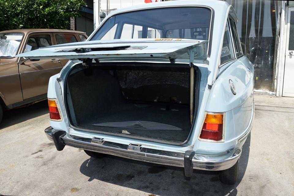 このボディサイズなのに、トランク容量はたっぷり!荷室が真四角なので、尚更使いやすいです。トランク内にある過冷却防止用のグリルカバーも付属します。
