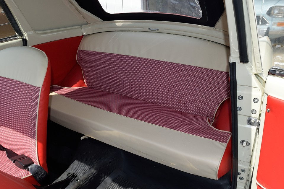 一応リアシートはありますが、車検上は2名乗車です。なのでリアは乗車用シートではなく手荷物置場ですね。