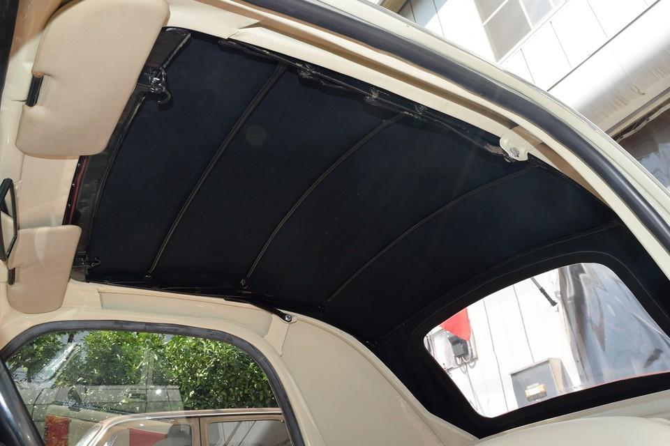 バーガンディーのキャンバストップの内側はご覧の黒。厚手のキャンバス生地とは言え、布一枚なので、遮光を考えて黒なんでしょうね。