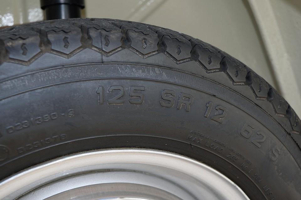 タイヤサイズは125SR12。このCN54、既に国内では入手の難しいタイヤではありますが、当時のままの姿なのに最新のテクノロジーで製造されたチンクファミリーには打って付けのタイヤなのです。