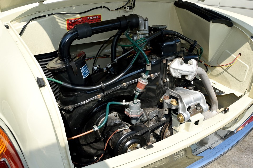 エンジン本体、構成する周辺部品はもちろんですが、エンジンルーム内側もご覧くださいませ。ねっ、いいでしょ。