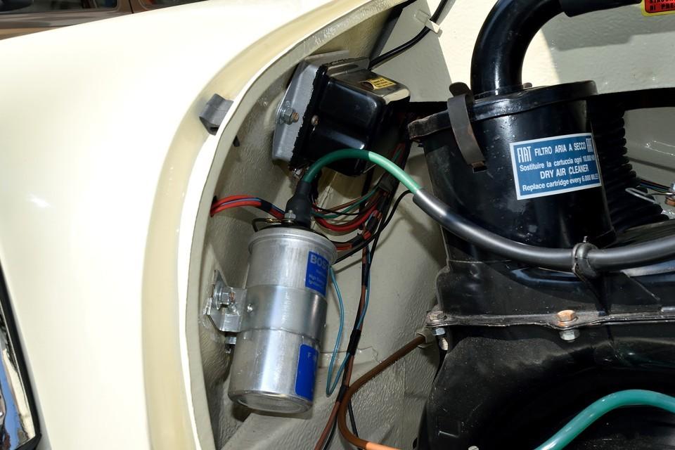 旧車では肝の電装系、配線類もこの通り。旧車には付き物の「サビで接触不良」が起こるのは当分先のようです。