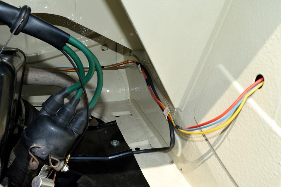 あ~安心、配線の色がちゃんと分かるぅ~!(苦笑)※古いクルマは油汚れでどんな配線も真っ黒なので。