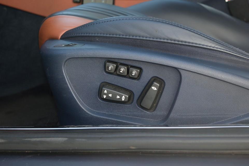 前席はシートヒーター&パワーシートを装備。しかも運転席は3パターンのメモリー機能付き!複数人でお乗りになることがある場合はとっても便利な機能です。