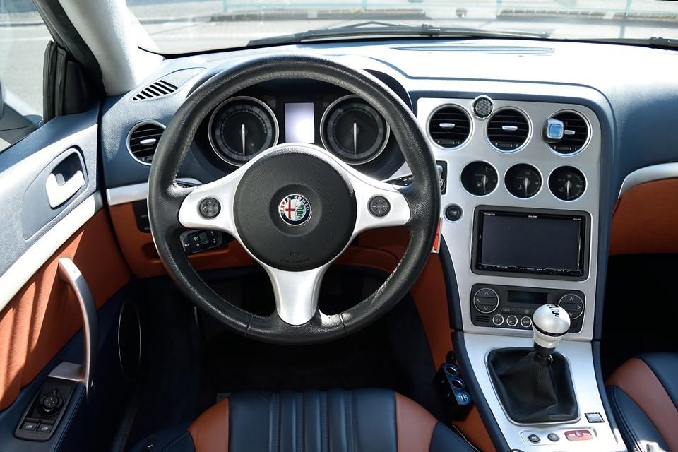 アルファロメオの伝統にならって、ドライバーズカーらしく、メーター類はすべてドライバー方向に向いた形状。