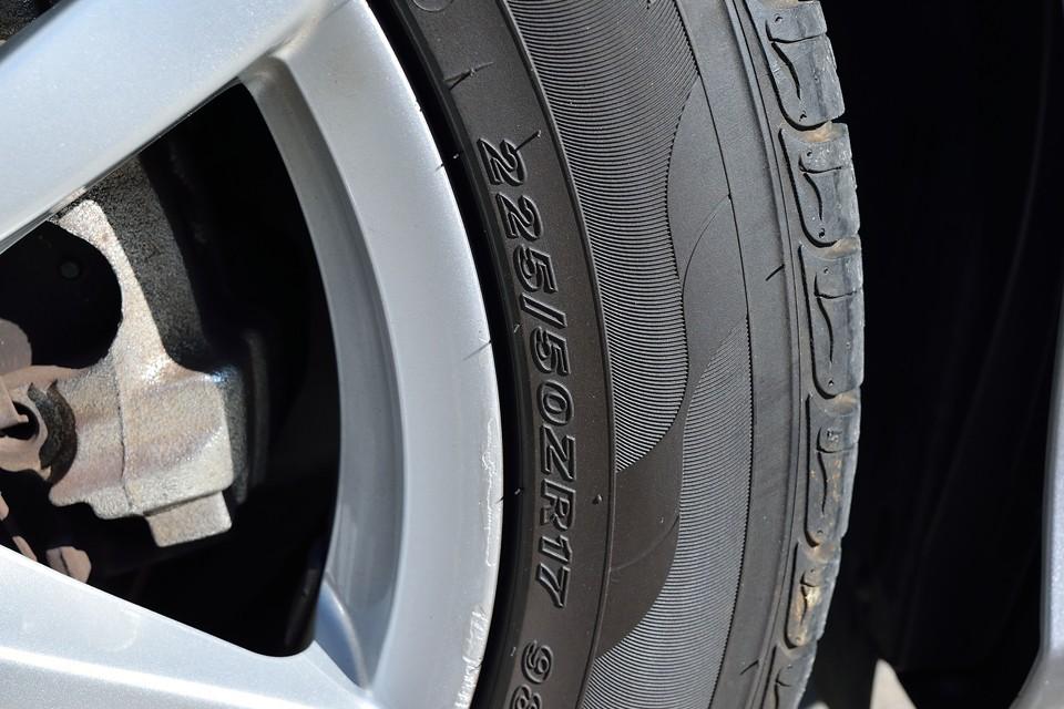 タイヤサイズは225/50R17。タイヤ残は5分山というところでしょうか。直ぐに交換の必要はなさそうですが、折角ですので、ご成約いただきましたら「PIRELLI P ZERO NERO GT」4本新品交換サービスさせていただきます!
