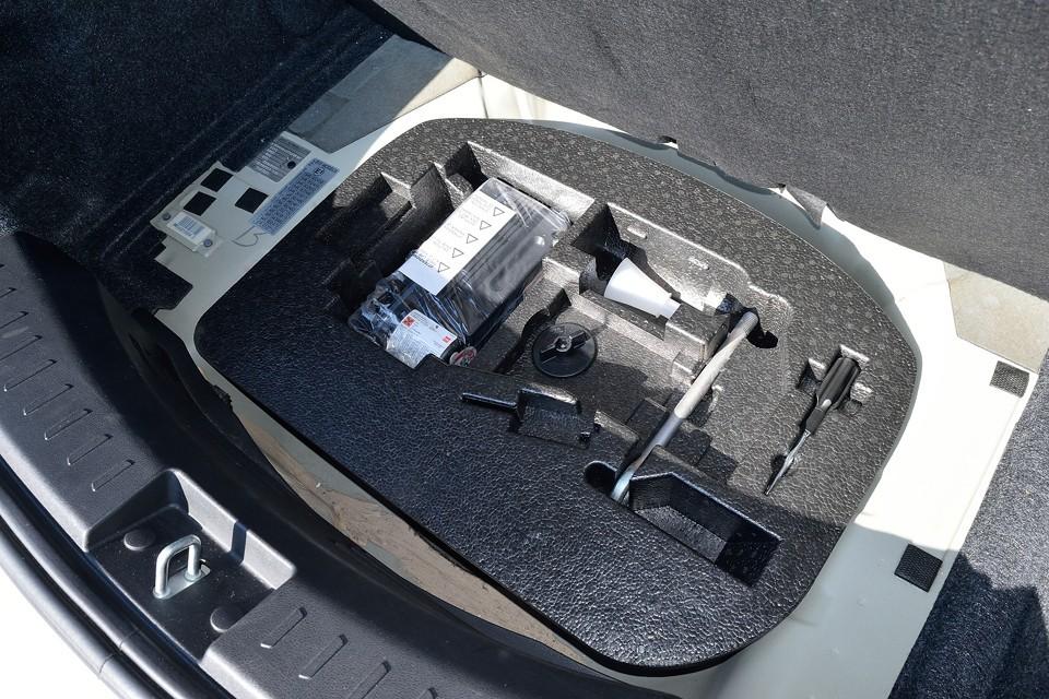 トランクマット下の工具、パンク修理キットもちゃんと揃っています。使用した形跡も見られません。