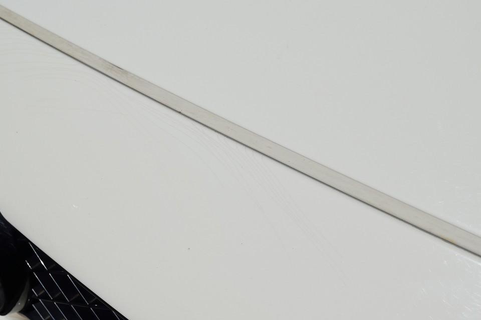 さて前述のキズですが、まずその1、画像では見にくいですが、ボンネットに横長の線キズと、スポイラーの塗装に細かなクラックがあります。