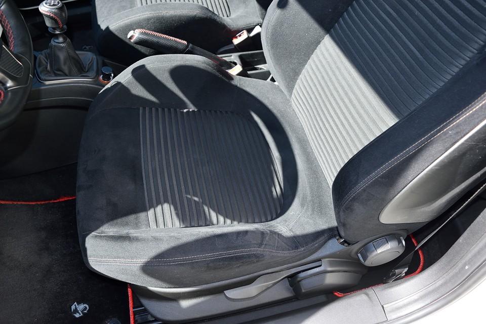 運転席座面ですが、とてもこの走行距離とは思えない状態です。サイドサポート部に少しヘタリはありますが、破れはもちろん、目立つスレ、汚れもありません!