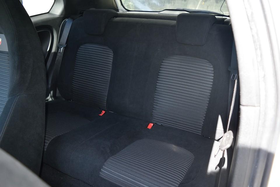 リアシートは使用頻度が少なかったんでしょうね。前席にも増して、使用感の無い清潔な状態です!