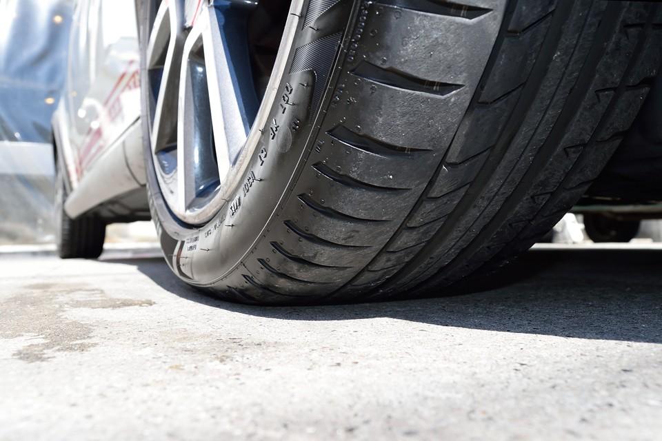 タイヤサイズは215/45R17、残溝は7~8分山というところでしょうか。当分交換の必要は無さそうです。