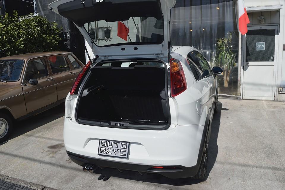 剛性を考えたボディ構造のせいでしょうか、トランクの開口部は少し狭いですが、容量はタップリ!