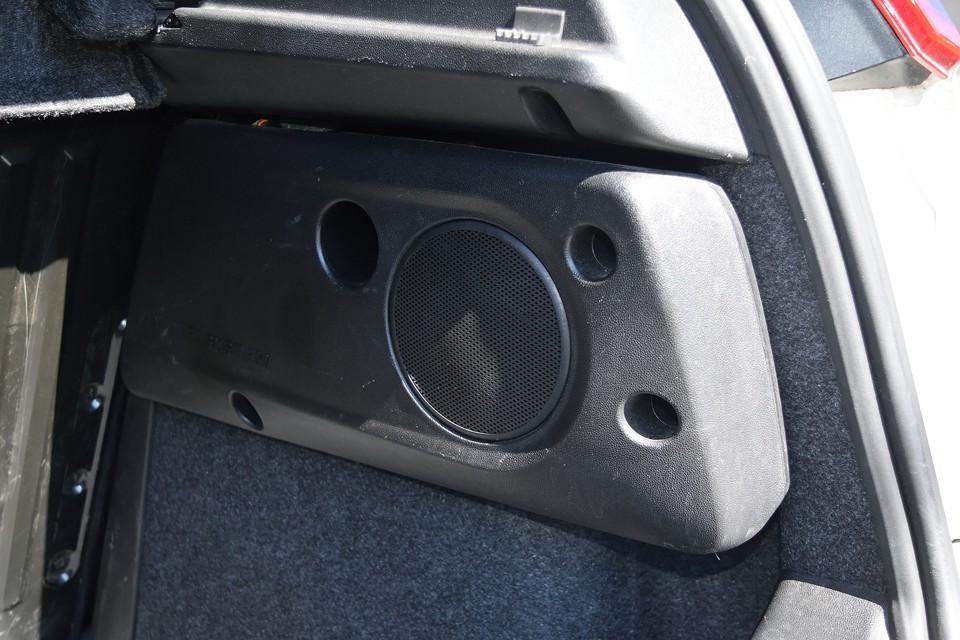 トランクには純正でご覧のウーハーも装備!音楽環境はこれでバッチリ!トランクスペースを犠牲にしない巧みな造りが◎!