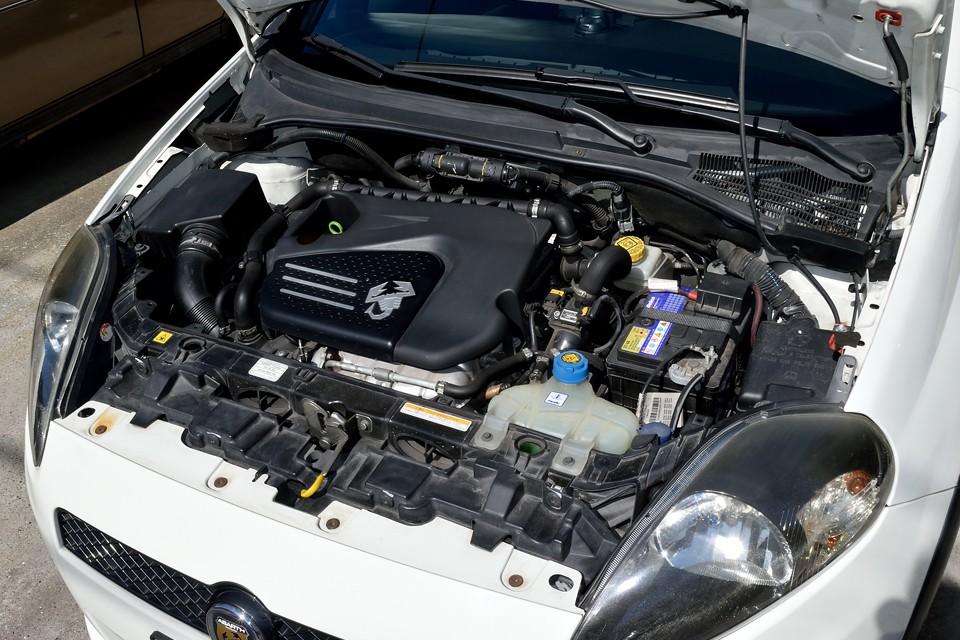 サソリマークが輝くエンジンは、直列4気筒DOHC16バルブICターボ1368cc、最高出力155ps(114kW)/5500rpm、最大トルク20.5kg・m(201N・m)/5000rpmを発生!スペック的には驚く数値では無いのですが、そこはアバルトマジック!実際の走りの体感は数値の5割増しの感覚!チョ~気持ちいい~!