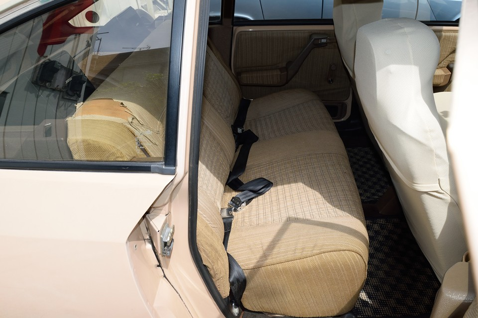 後席もシートカバーがあれば良いのですが、ちょうど良いのが無いので、破れもそのままの状態です。お気に入りの布か何かを被せれば良いのではないかと思います。
