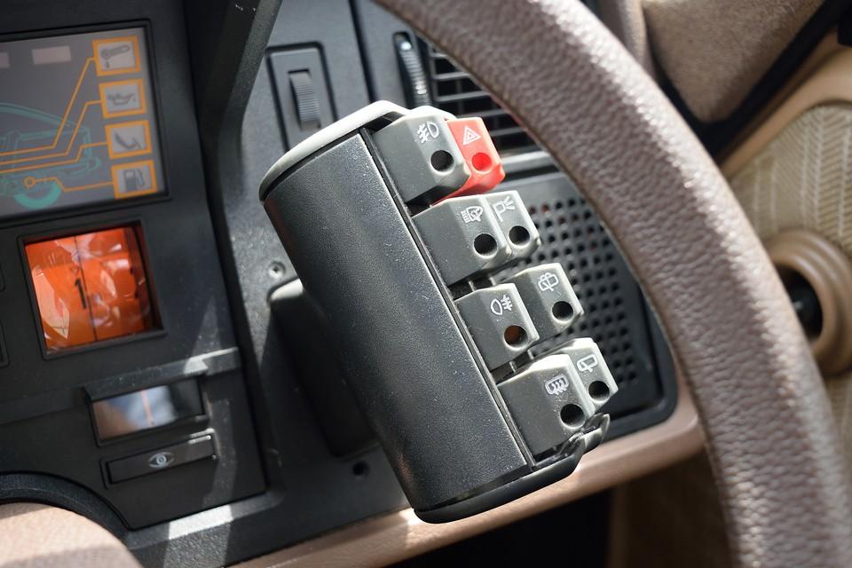 電卓の正体は・・・各種操作ボタン類!ドライバー目線からだと、とても分かりやすく、操作もハンドルから手を放すことなく、指1本!これはまさしく「デザインの勝利!」