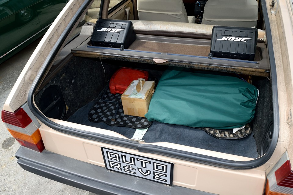 ボディカバー、専用ジャッキ、クランク棒兼タイヤレンチ兼ジャッキハンドル、いくつかの予備パーツが付属します。