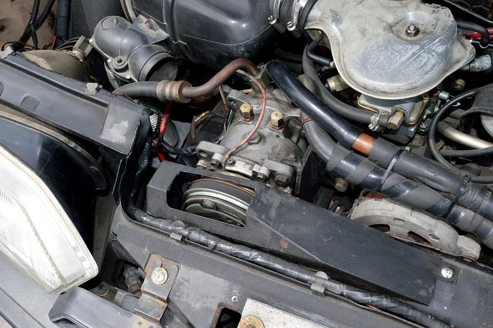 エアコンは当時のディーラー(西武自動車)さんで取り付けたものです。コンプレッサーの取付や配管の取り回しに、かなりの苦労の跡が見て取れます。