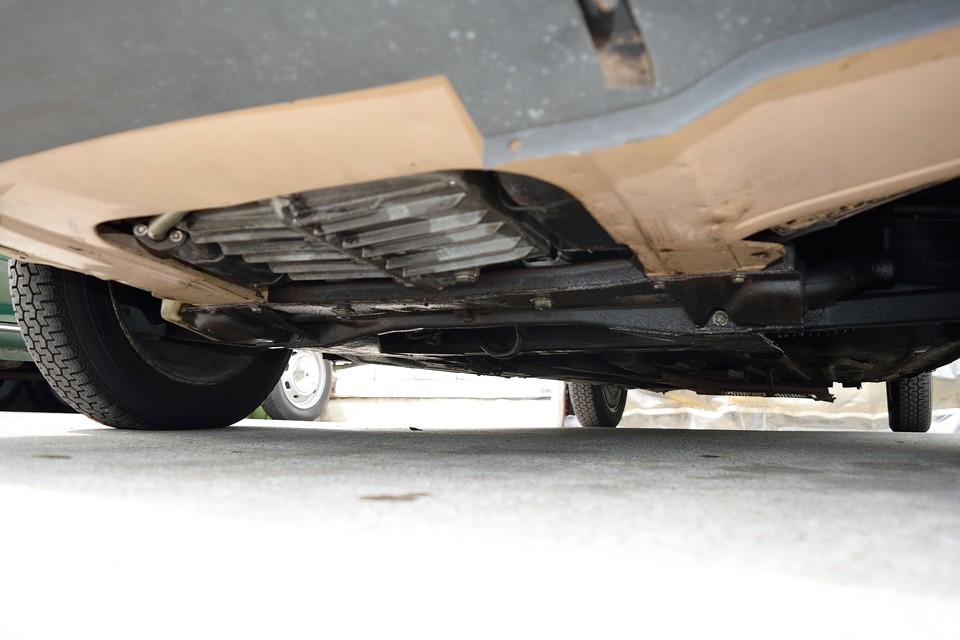 エンジン下面です。その昔弊社で、排気漏れ、エンジンオイル漏れ(LHMオイルではありません!)の修理を行いかなり改善しましたが、未だ少し漏れがあるようです。エンジンO/H等でもちろん完治しますが、このまま付き合っていくのも有りかと・・・。