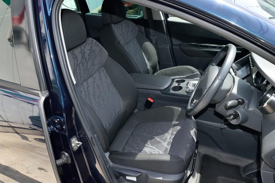 プレミアムグレードのシートはこのファブリックです。グリフのレザーシートももちろん良いのですが、ファブリックは夏は熱くならないし、冬も冷たくならないし、日常車にはむしろこちらの方が良いかと。