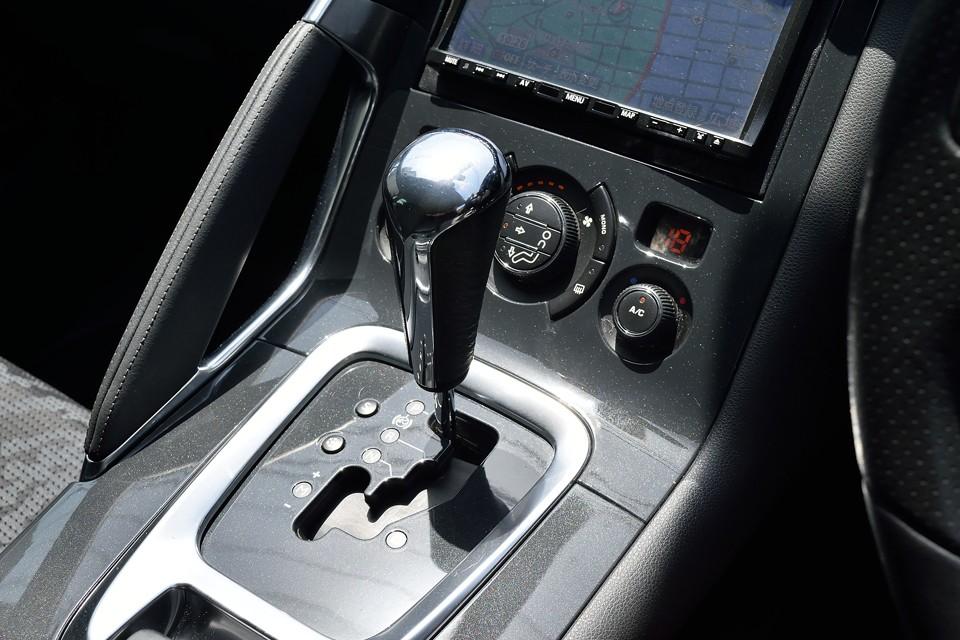 アイシン製のマニュアルモード付6ATは変速タイミングにフランス車独特のクセはありますが決して乗りにくいものではありません。むしろ最近流行のセミオートマに比べればとってもスムース!