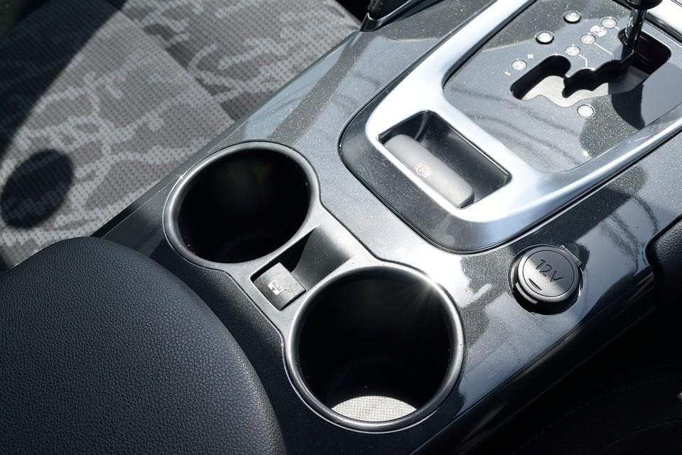 シフトの直ぐ手前は電動パーキングスイッチ。更にその手前は輸入車では珍しい立派な?!ドリンクホルダーとルーフシェイドの開閉スイッチ。