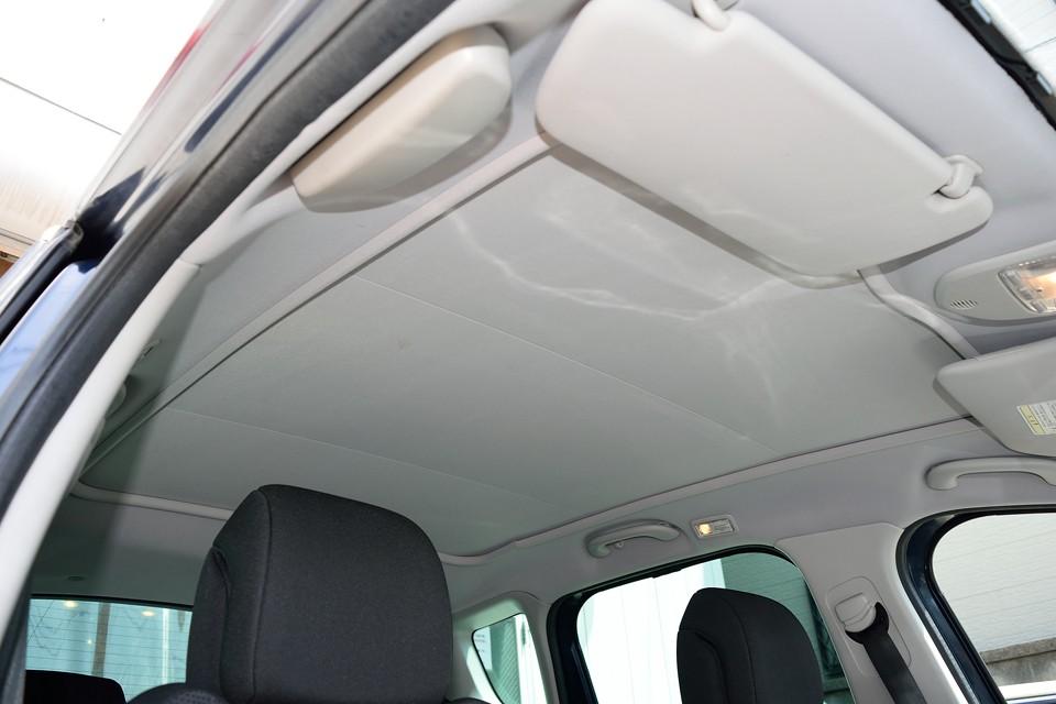 天張りは汚れが目立つはずの白系ですが、ご覧の通りかなり清潔な印象です。前席から後席まで続く巨大なシェードはスイッチひとつで・・・。