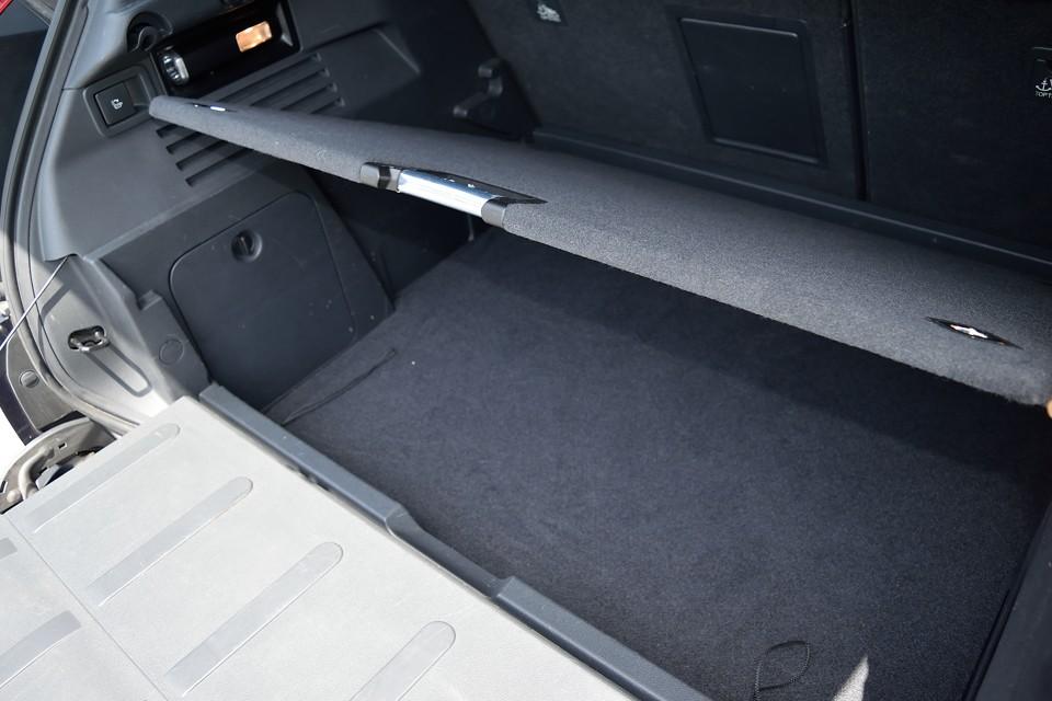 トランク床板の下にもこれだけのスペースがあります。普段はあまり使わない細々したものも、これでスッキリ収納!