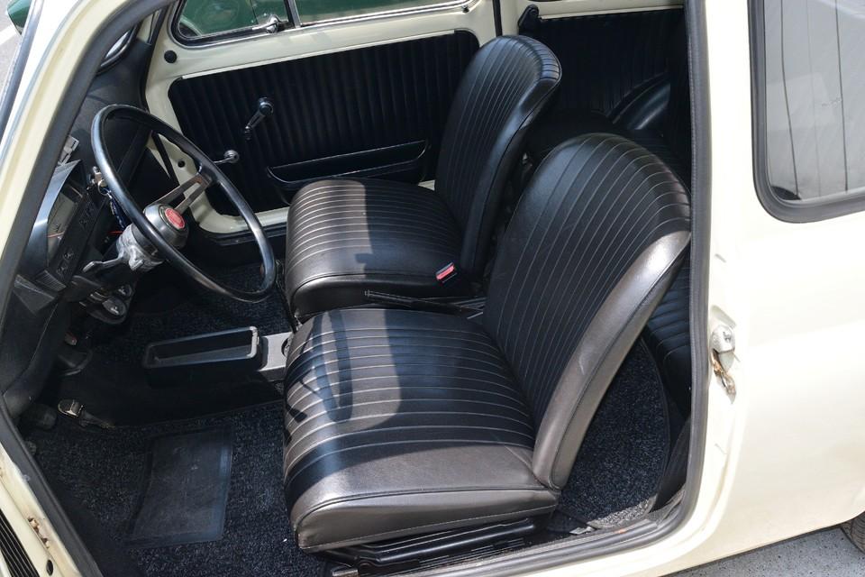 シートはとても良い状態です。目立つほつれ、破れはありません!床のカーペットも◎!内装は全部張り替え歴があるようです。