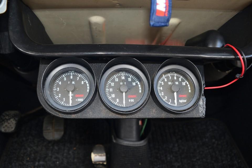 後付け3連メーターは左から、タコメーター、電圧計、油圧計です。その上にはシガーソケットも取付られています。