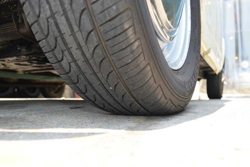 タイヤの残山は4~5分山というところでしょうか。若干のヒビも見受けられますし、サイズ的にも安価なタイヤなので、そろそろ交換しても良いかもしれません。