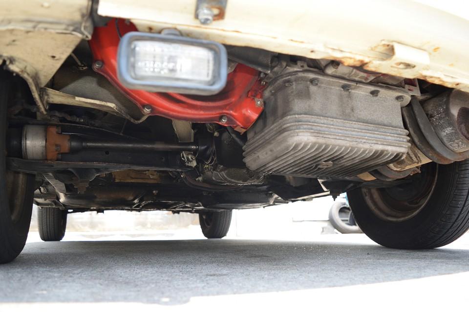 エンジン下面です。長年のオイル汚れはありますが漏れはありません。酷い腐食がないのもお分かりいただけるかと。