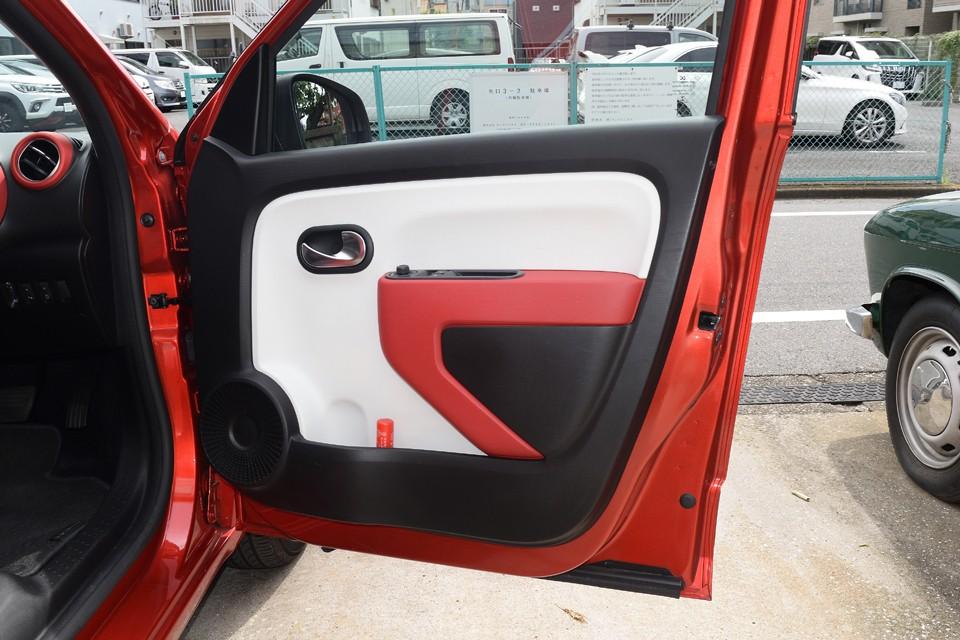 赤、黒、白のコントラストがハッキリしたビビットな印象のドアパネル。浦和〇ッズカラー?にも見えますが、他チームのサポーターの方もどうぞ、どうぞ(笑)