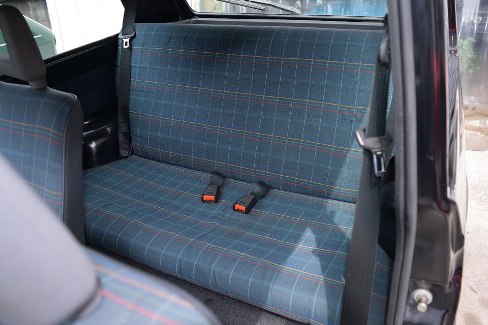 使用頻度の少ないリアシートは前席以上に良い状態!狭いながらも大人2人がちゃんと座れる広さです。