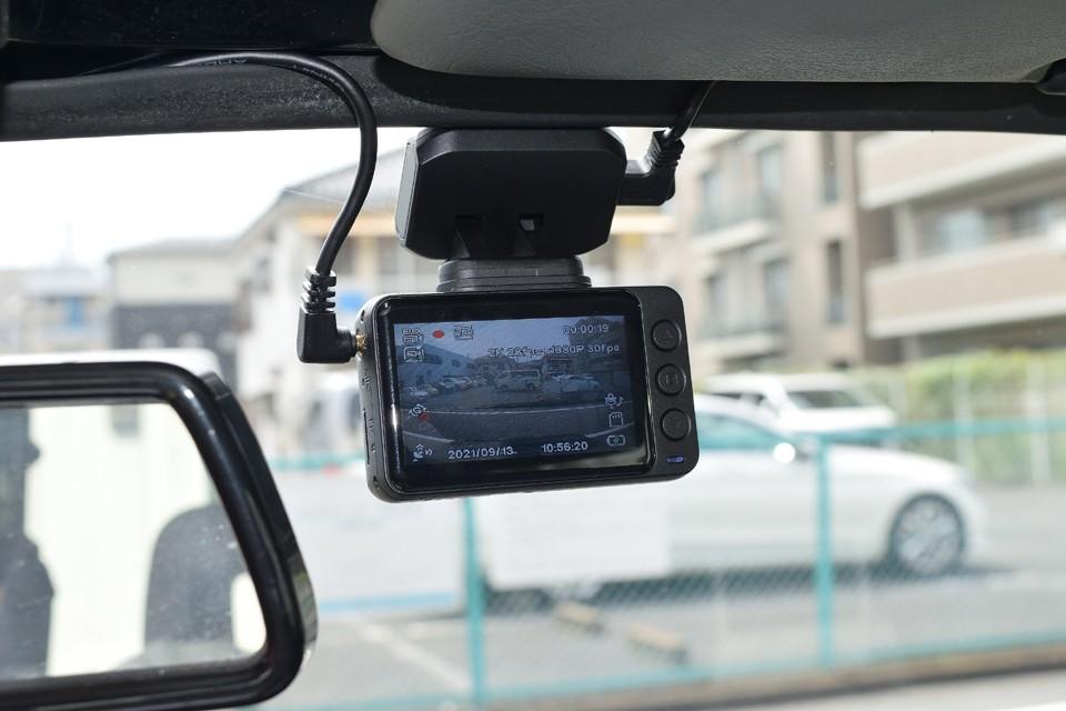 最近は装備している方が多くなったドライブレコーダー!安心の前後2カメラタイプを装備!万一の事故の時の証拠にもなるので、あるに越したことはないのです。