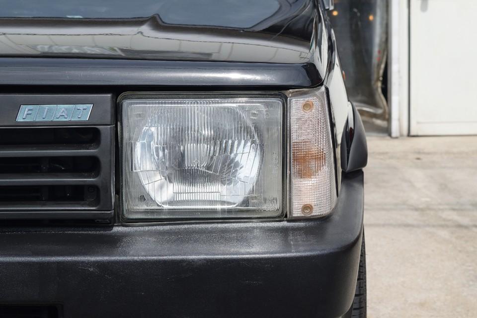 ほぼ真四角のヘッドライトはガラス製なので、最近のクルマの樹脂製ヘッドライトによくある白いくもりもありません!