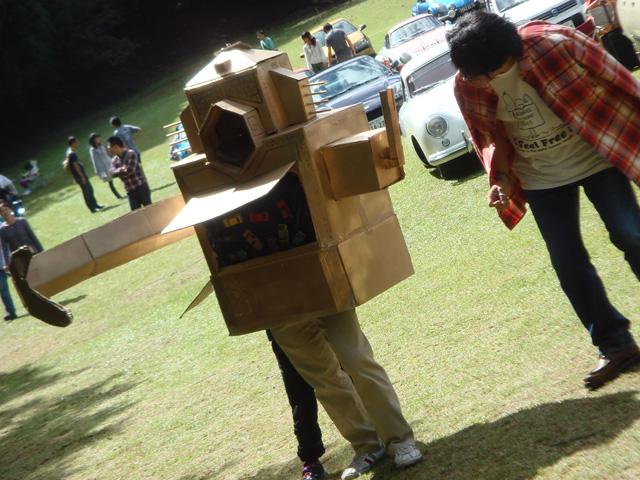 """っと、何やら不審者発見!・・・んっ?こ、これは!知る人ぞ知るロボット怪獣""""クレージーゴン""""ではないですかぁ~!鉄資源を求めて地球にやってきたパンダ星人によって造られたロボットが何故ココにぃ~!!!"""