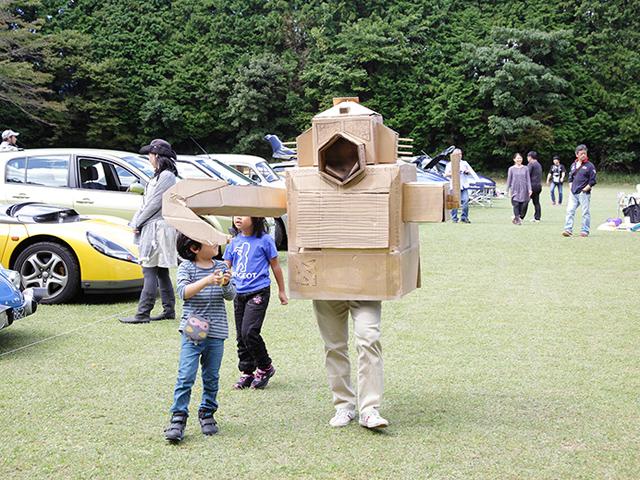 自動車を食べるロボットだから、参加車を狙ってココに現れたのか!でも子供に圧倒されてるぞぉ~!