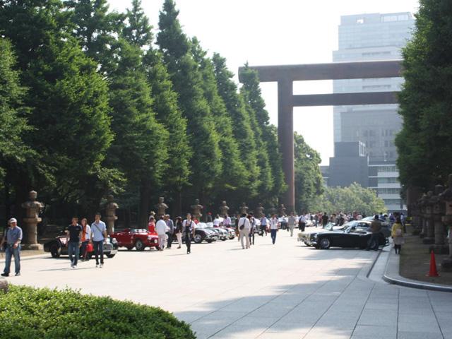 ここは何処?私は誰?・・・靖国神社でスタートを待つ単なるクルマバカです(笑)