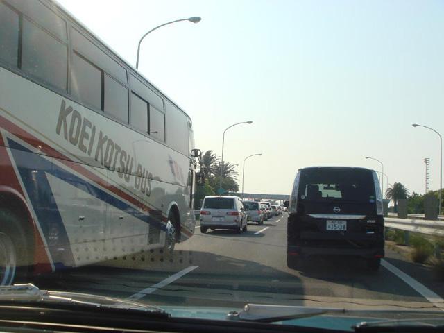 え~、また渋滞!アクアラインが混んでるってこと?どうなってんのよ~、もう~?あっ、バスの乗客が見てる!ニッコリ笑って「ど~も~!」 ←悪魔かっ!