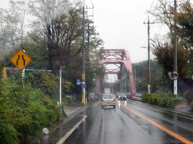 はやる心を抑えて・・・はい。目印の赤い橋を渡って・・・。
