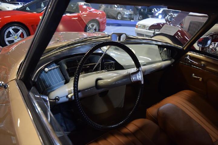 このインパネデザイン・・・現代のコンセプトカー!と言っても通用するほどの先進性かと・・・。