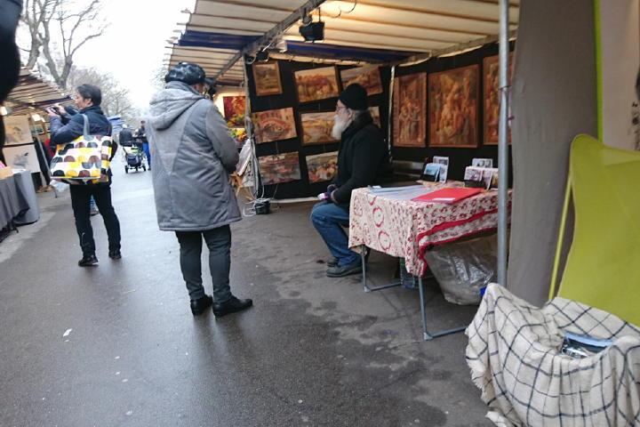 なんとなく歩いていると、さすが、芸術家の街。絵画や美術本のマルシェがありました。