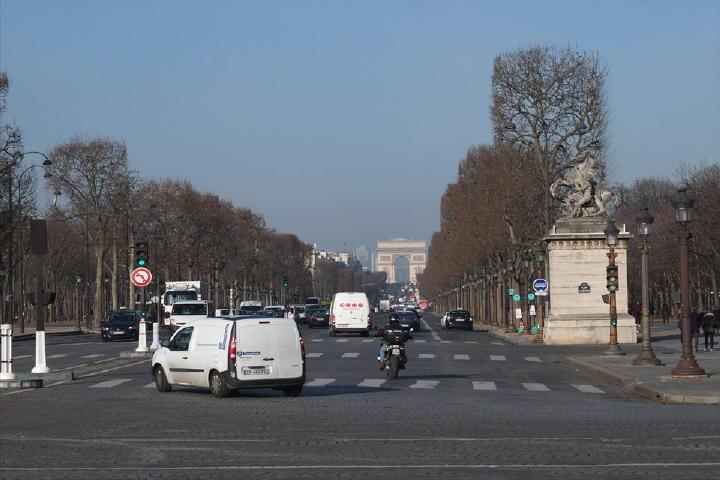 シャンゼリゼ通りの突き当りには、既に凱旋門が見えます。結構距離はありますが、前回もあちこち見ながらだと、あっという間でしたからね。天気も良いし、行ってみよぉ~!