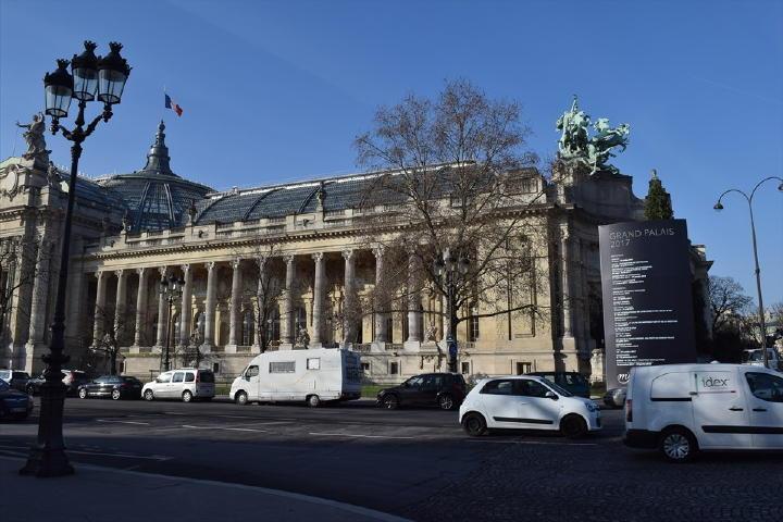 歩き出して直ぐにGrand Palais(グラン・パレ)美術館が見えてきました。ここは・・・