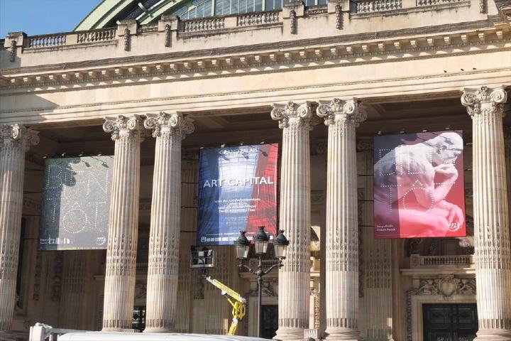 1900年のパリ万博の際に建てられた、一際美しい建物なのです。明日からの開催準備真っ最中!垂れ幕も立派ですねぇ。