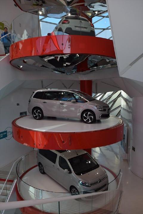 一番下はプジョーとトヨタが共同開発した「スペースツアラー」という商用ミニバンだそうです。なんと、日本では「トヨタ・プロエース」という名で発売予定があるとか・・・。